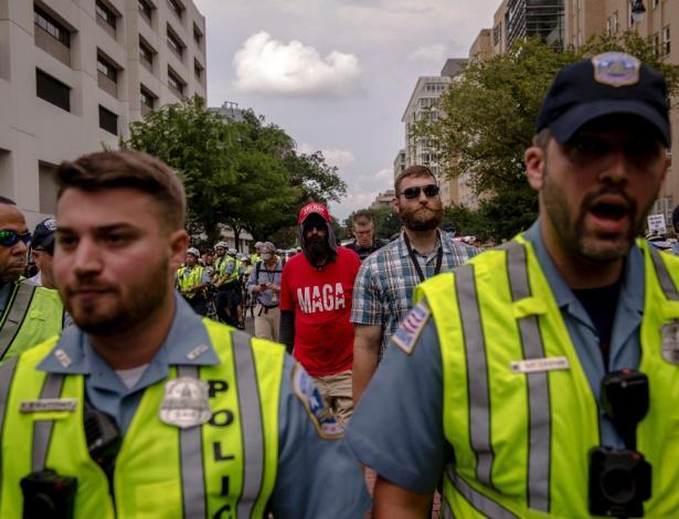 """Polícia escolta supremacistas brancos durante a marcha """"Unir a Direita"""" em Washington - Hilary Swift/The New York Times"""