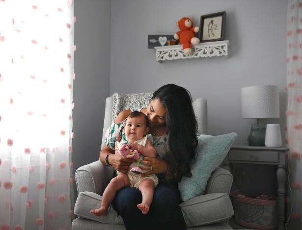Nicole Roberts com sua filha Amelia, de 5 neses; ela usou o aplicativo Ava para engravidar - Jessica Hill/The New York Times