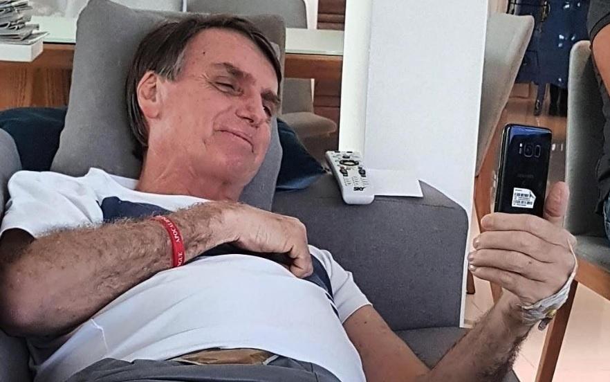 No Instagram, Bolsonaro posta foto deitado no sofá
