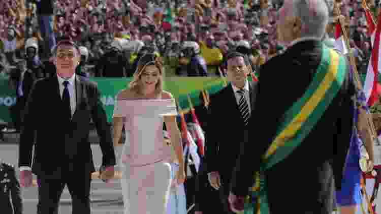 Michelle sobe a rampa do Palácio do Planalto ao lado de Jair Bolsonaro - Evaristo Sa/AFP
