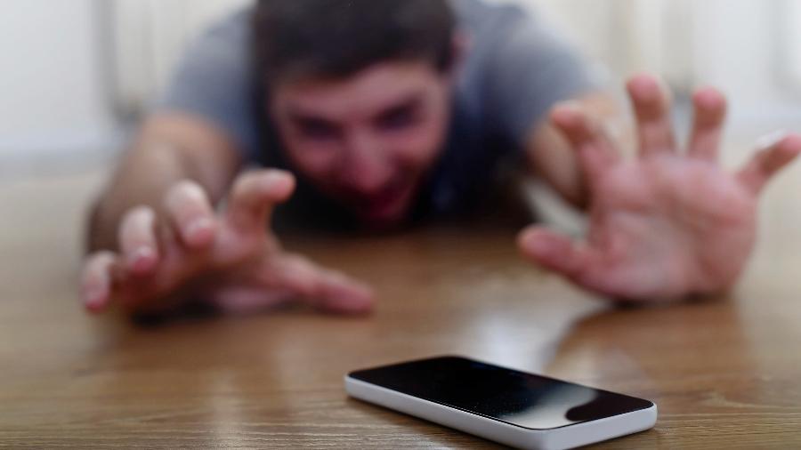 Muitas pessoas não conseguem ficar longe do celular. No Brasil, 15 a cada 100 internautas não suportam se afastar dos aparelhos em momento algum. - Getty Images/iStockphoto