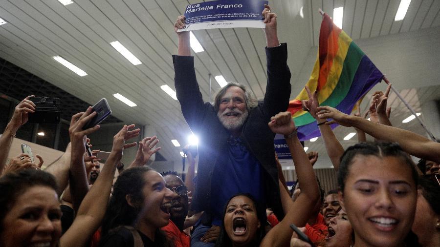 O ator José de Abreu é aclamado após desembarcar no aeroporto do Galeão, no Rio de Janeiro - RICARDO MORAES/REUTERS