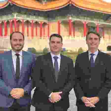 Carlos, Flávio e Jair Bolsonaro durante viagem a Taiwan, em 2018 - Flickr Família Bolsonaro