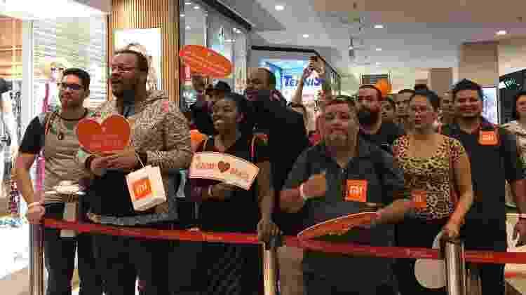 Fãs da Xiaomi se aglomeram na porta da loja no Shopping Ibirapuera, em São Paulo - Bruna Souza Cruz/UOL