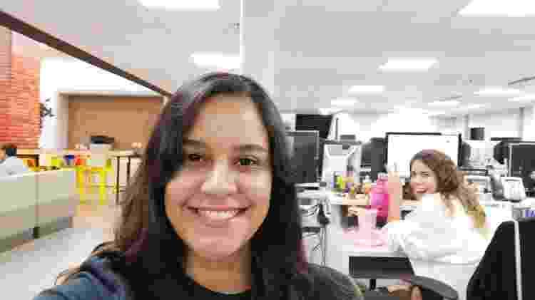 Selfie tirada em ambiente com luz artificial - UOL