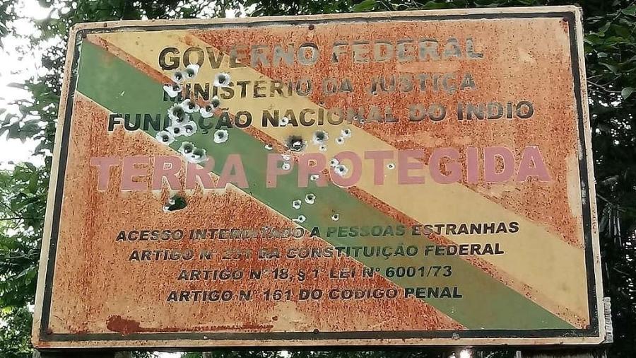 Placa de identificação do território indígena Uru-Eu-Wau-Wau foi danificada por tiros em Rondônia - Povo Uru-Eu-Wau-Wau