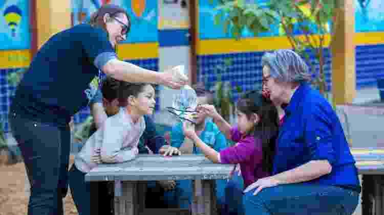 Joice Maria Lamb (à dir.), durante atividade em escola de Nova Hamburgo (RS) - André Feltes/Divulgação