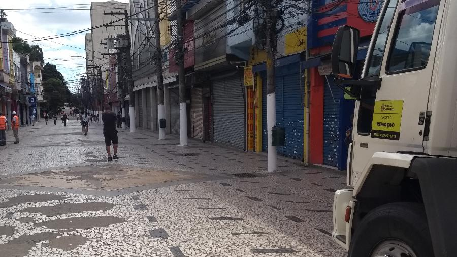 Caminhão de fiscalização da Prefeitura estacionado no Largo Treze, em Santo Amaro, em meio à quarentena - Alex Tajra/ UOL