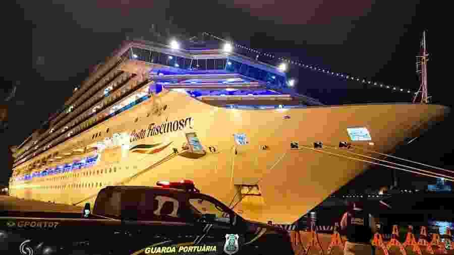 O navio Costa Fascinosa atracado no porto de Santos desde meados de março - Reprodução