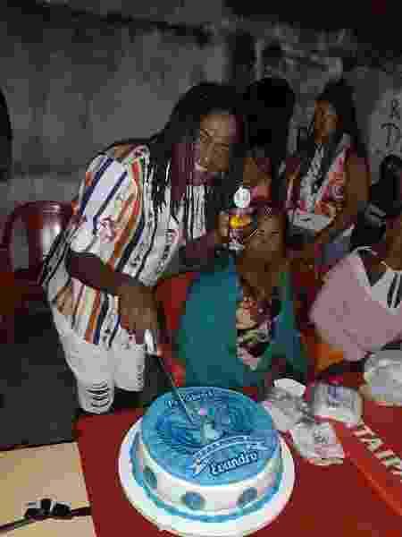 Evandro Barbosa corta bolo de aniversário decorado com o tema Portela - Arquivo pessoal - Arquivo pessoal