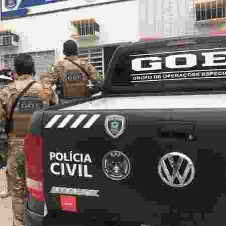 Policiais levam objetos apreendidos com suspeito de extorquir Ricardo Coutinho - Divulgação/Polícia Civil da Paraíba