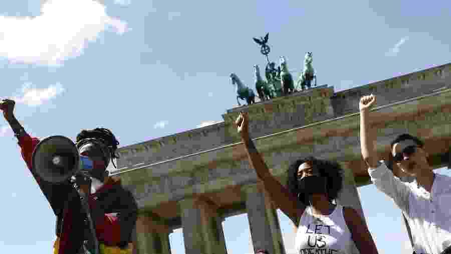 Apoiadores do movimento Black Lives Matter protestam em frente ao Portão de Brandembrugo, em Berlim, após a morte de George Floyd em Minneapolis (EUA) no início da semana - Michelle Tantussi/Efe
