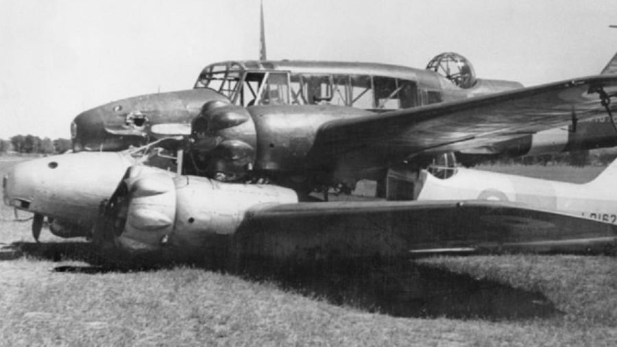 Dois Avro Anson bateram em voo e ficaram enroscados - Memorial de Guerra Australiano