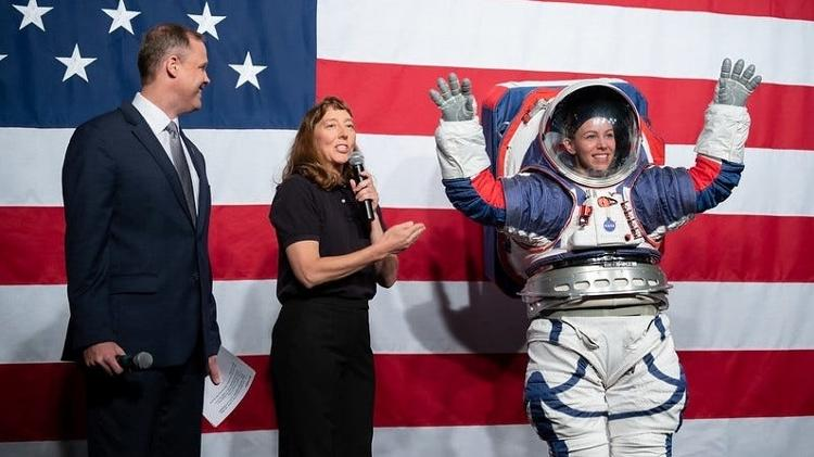 Prototype of the new space suit to be used by the mission astronauts - NASA - NASA