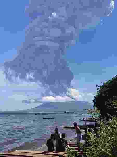 Moradores observam erupção do vulcão Lewotolo, na Indonésia - Joy Christian/AFP