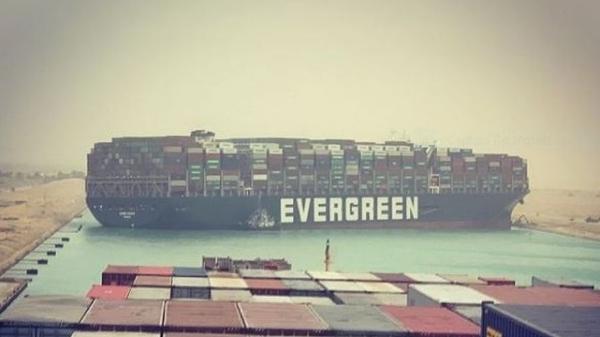 Navio de 400 metros está encalhado no Canal de Suez