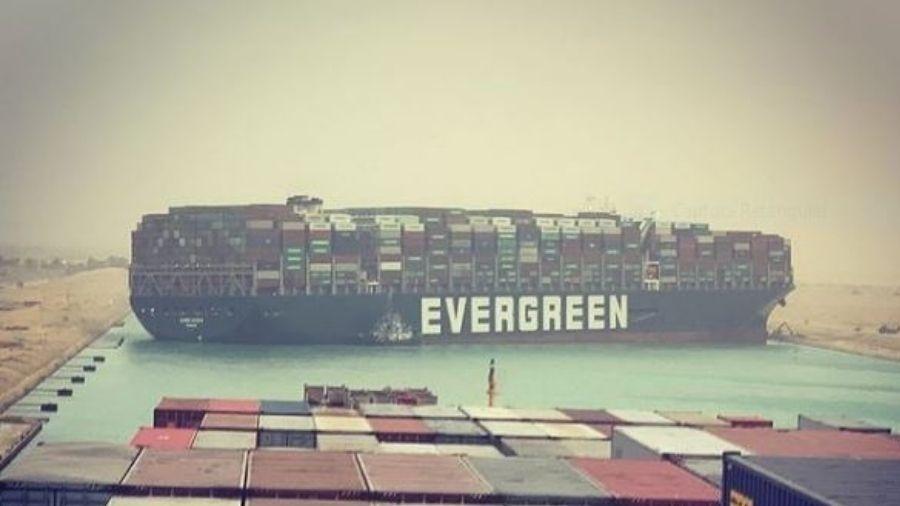 Navio de 400 metros encalhado no Canal de Suez causa congestionamento no trecho - Reprodução/Instagram