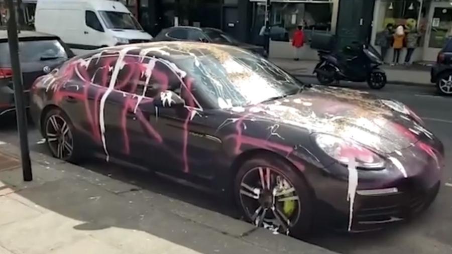 Porsche avaliado em 90 mil libras esterlinas (cerca de R$ 694 mil) foi alvo de vandalismo em Londres - Reprodução/TheSun
