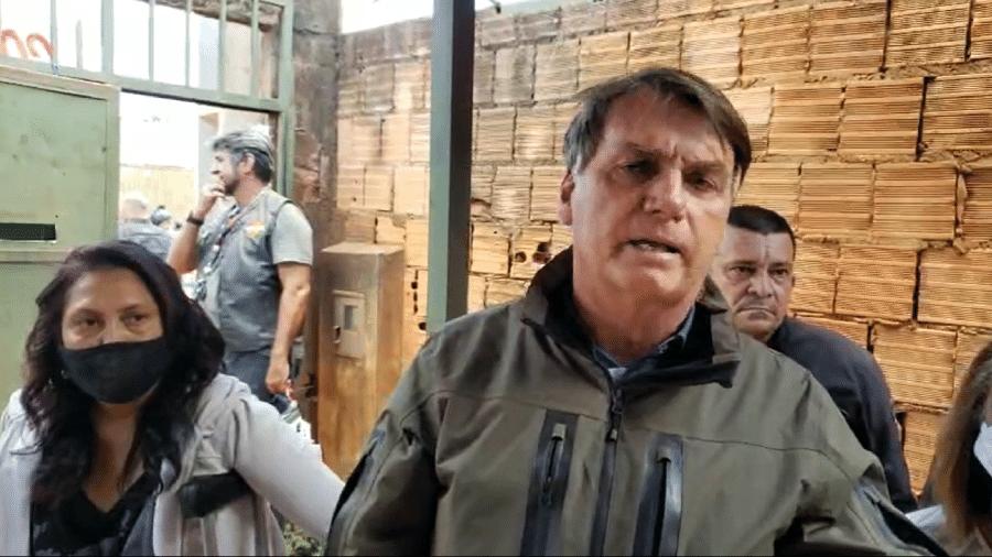 O presidente Jair Bolsonaro (sem partido) visita venezuelanos no bairro Morro da Cruz, em São Sebastião (DF), comunidade perto de Brasília - Reprodução