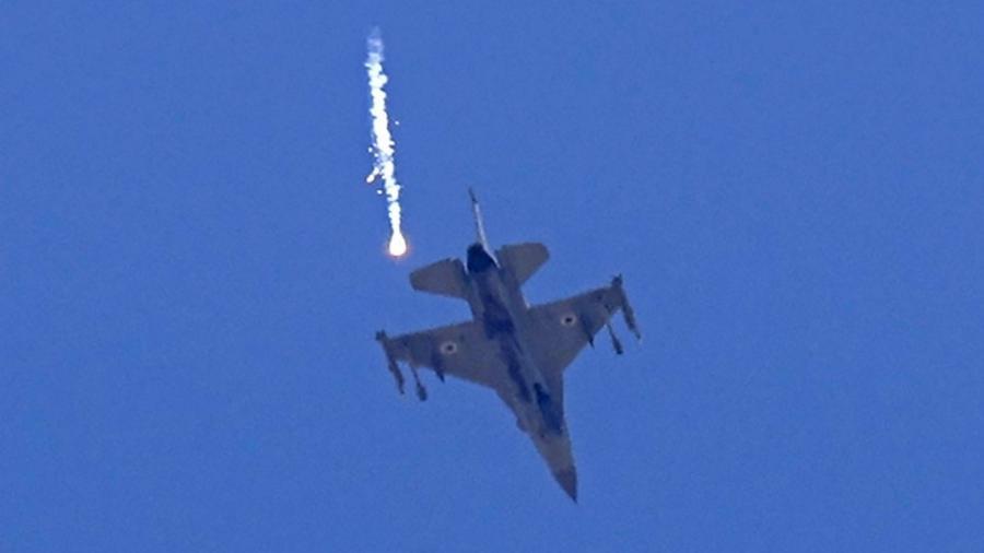 Avião israelense perto de Sderot, no sul de Israel; ofensiva contra túneis do Hamas - Jack Guez/AFP