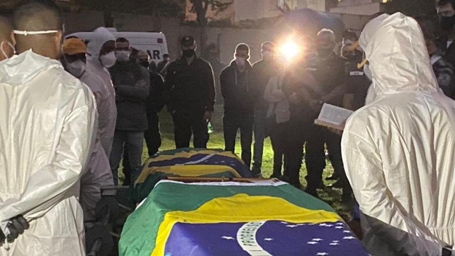 17.jun.2021 - Chuva impediu ida de Bolsonaro a enterro de dois policiais - Herculano Barreto Filho/UOL