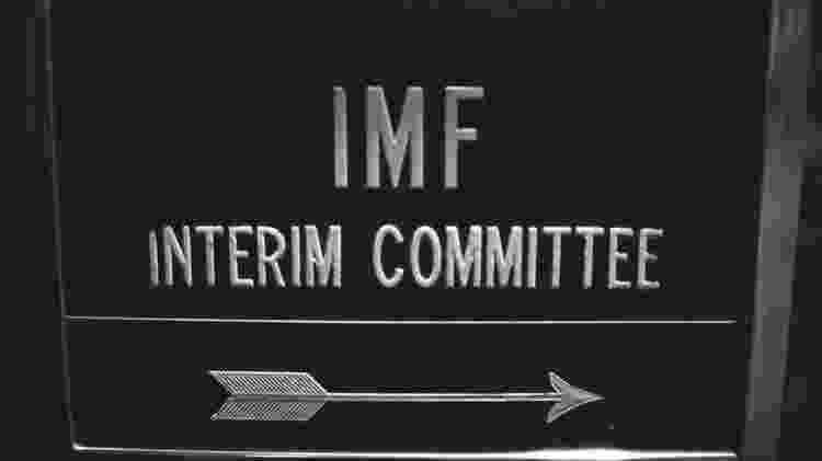 Placa sinaliza reunião do comitê interino do FMI em 1974: papel do fundo mudou com o tempo - World Bank Group - World Bank Group