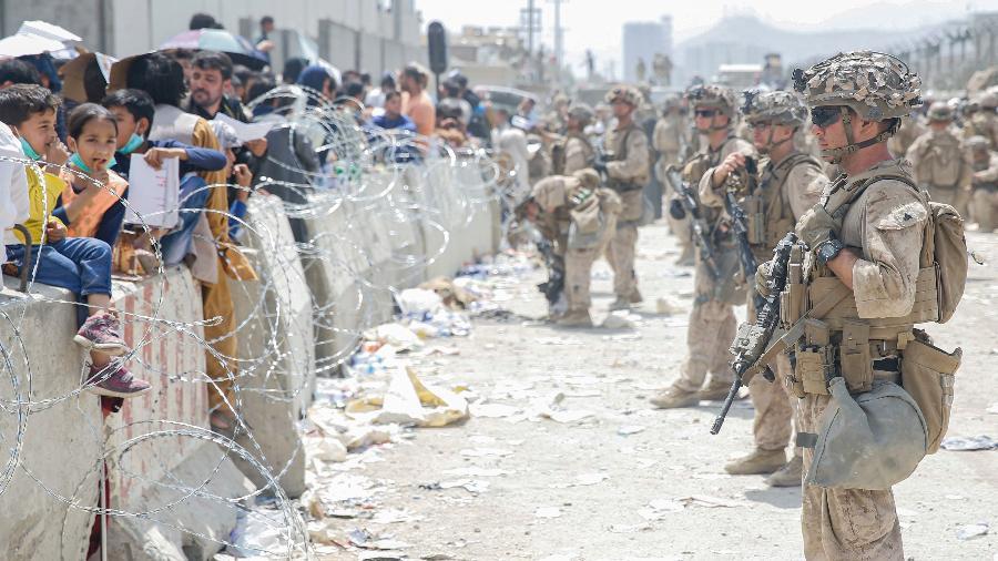 20.ago.2021 - Fuzileiros navais dos EUA e civis durante uma evacuação no Aeroporto Internacional Hamid Karzai, em Cabul, Afeganistão - AFP/Nicholas Guevara/US Marine Corps