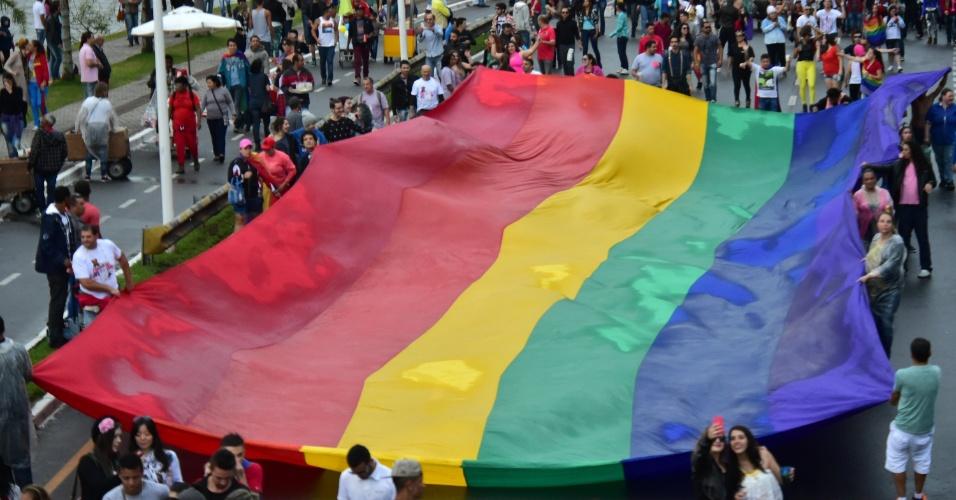 6.set.2015 - Multidão participa da 9ª Parada da Diversidade, na avenida Beira Mar Norte, em Florianópolis (SC)
