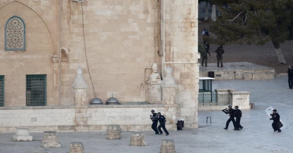 28.set.2015 - Forças de segurança israelenses voltam a entrar em confronto com palestinos na mesquita de al-Aqsa, na cidade velha de Jerusalém. A mesquita é um dos monumentos mais sagrados do Islã e do judaísmo