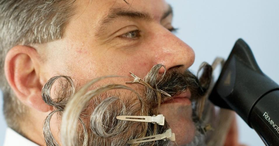 5.out.2015 - Concorrente faz últimos retoques no bigode para disputa do Campeonato Mundial de Barba e Bigode, em Leogang, na Áustria