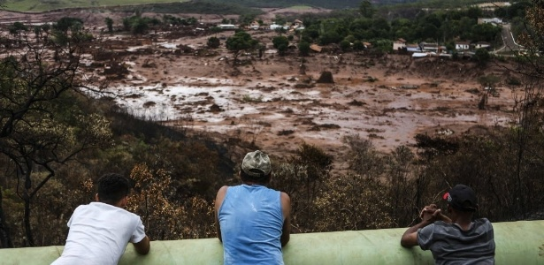 Moradores observam o mar de lama no distrito de Bento Rodrigues, em Mariana (MG), após o rompimento de barragem da mineradora Samarco