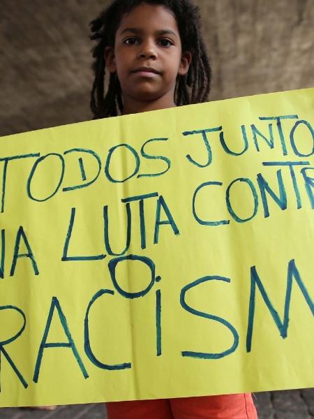 20.nov.2015 - Jovem pede fim do racismo durante marcha de celebração do Dia da Consciência Negra, na avenida Paulista, região central de São Paulo - Renato S. Cerqueira/Futura Press/Estadão Conteúdo