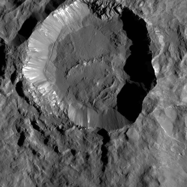 12.jan.2016 - Imagem da sonda Dawn, da Nasa, mostra Kupalo Crater, uma das crateras mais jovens em Ceres, o planeta anão. O material brilhante na cratera, que podem ser sais, e a superfície plana podem ter sido criados por material fundido através de impacto e detritos. Os pesquisadores vão observar esses locais para a fase de mapeamento final do planeta