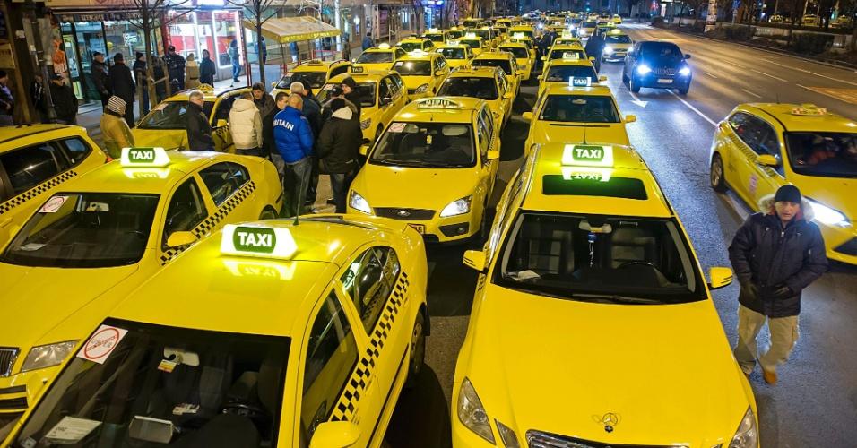 18.jan.2016 - Taxistas enfileiram carros na praça Erzsebet, no centro de Budapeste, na Hungria, durante protesto contra o uso do aplicativo Uber