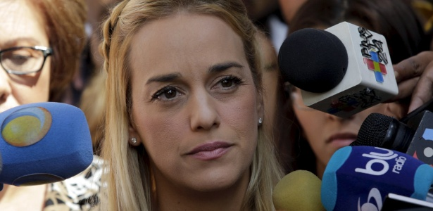Lilian Tintori, mulher do líder da oposição venezuelana Leopoldo López, fala com a imprensa
