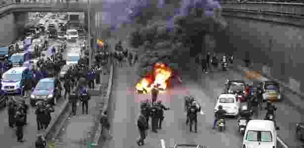26.jan.2016 - Policiais tentam conter manifestantes em Paris (França) durante protesto de taxistas contra aplicativos de compartilhamento de veículos, como o Uber - Thomas Samson/AFP