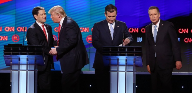 Cruz e Kasich (ambos à direita) se aliaram para impedir uma eventual indicação de Trump (no centro)
