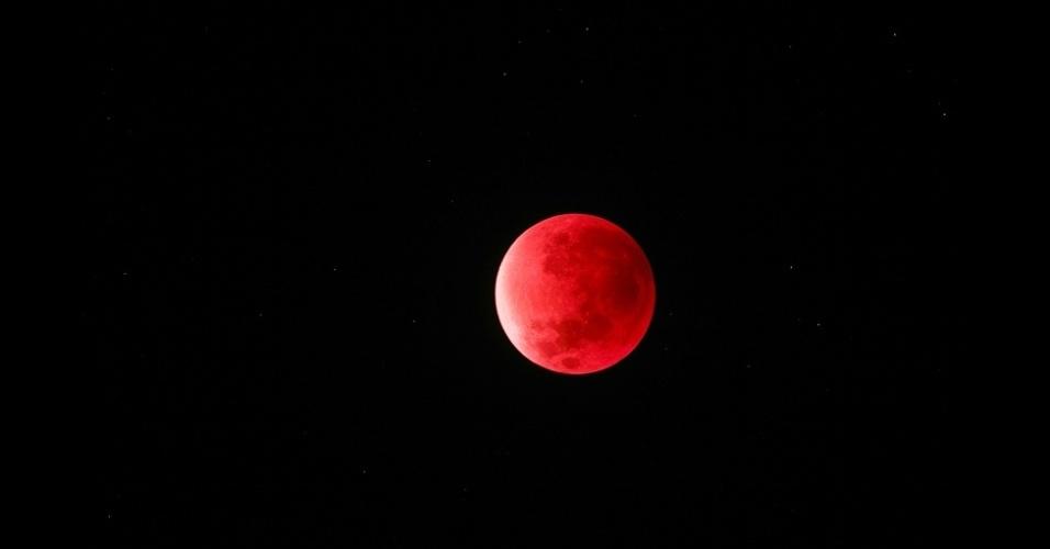1°.abr.2016 - Em 28 de setembro de 2015, uma Superlua coincidiu com um eclipse lunar, fenômeno registrado nesta fotografia da lua avermelhada em Boras, na Suécia