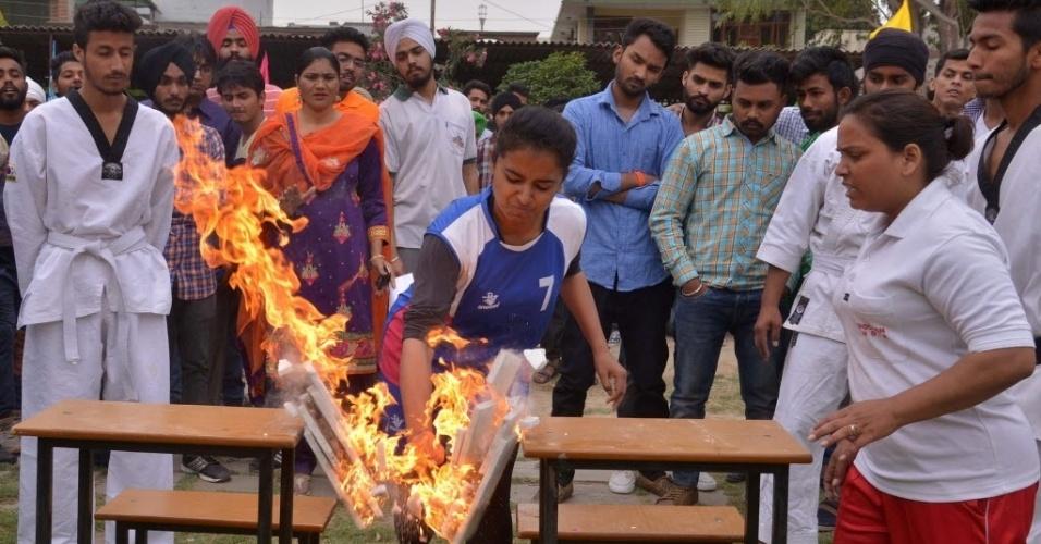 6.abr.2016 - Estudantes fazem demonstrações de artes marciais em Amritsar, na Índia