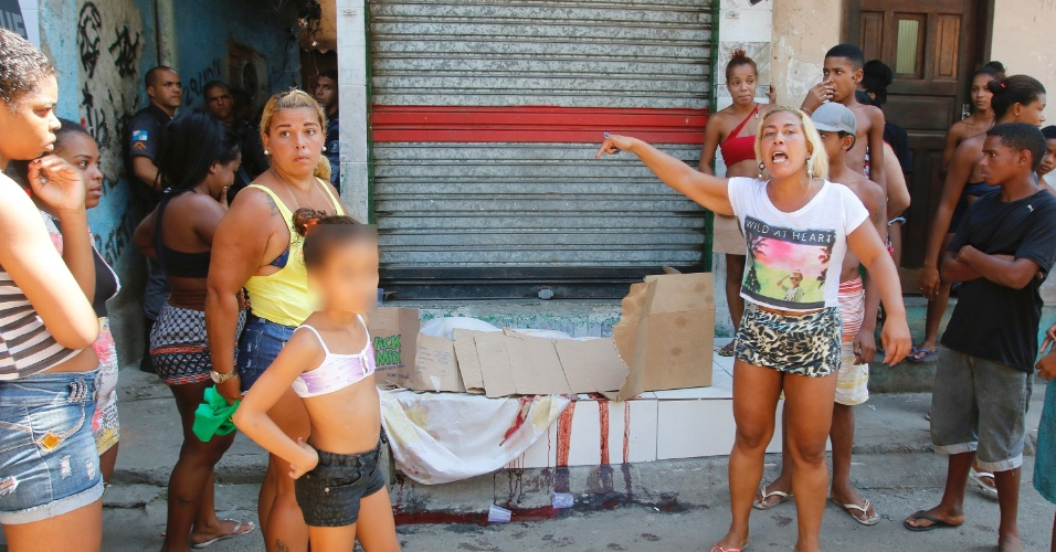 7.abr.2016 - Pelo menos uma pessoa morreu durante operação da Unidade de Polícia Pacificadora (UPP), do Grupamento de Intervenções Táticas (GIT) das UPPs e do Batalhão de Choque (BPChq), no Jacarezinho, na região norte do Rio de Janeiro. De acordo com a Polícia Militar, até o momento, duas pessoas foram presas e duas pistolas foram apreendidas. As aulas das escolas municipais da área foram canceladas. Na rede estadual, a informação é de que as aulas seguem normais