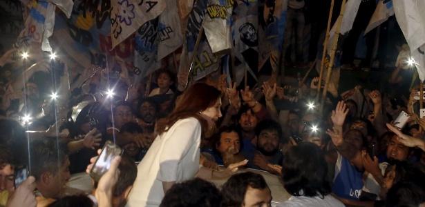 Uma multidão chegou horas antes ao aeroporto para receber a ex-presidente Cristina Kirchner