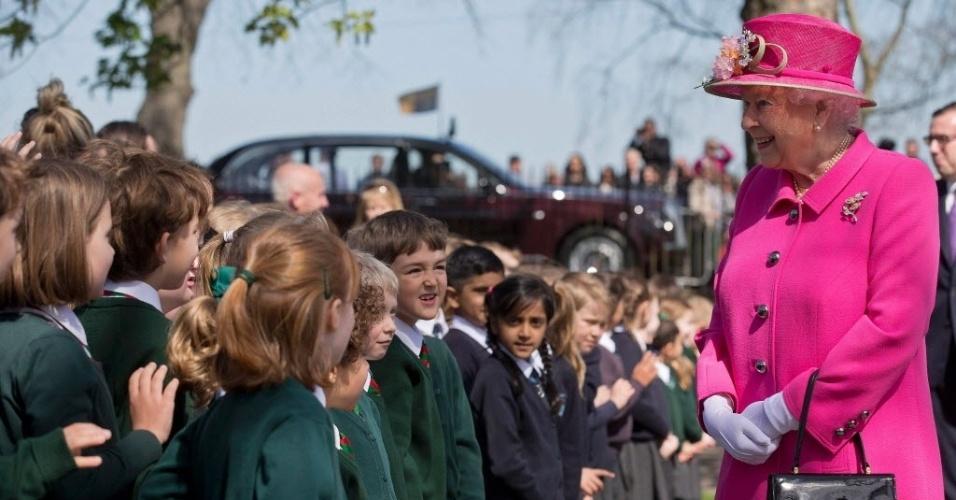 20.abr.2016 - Rainha Elizabeth 2ª encontra crianças durante visita a Windsor, a oeste de Londres, Reino Unido. A rainha completa 90 anos na próxima quinta-feira (21) e participa de eventos comemorativos