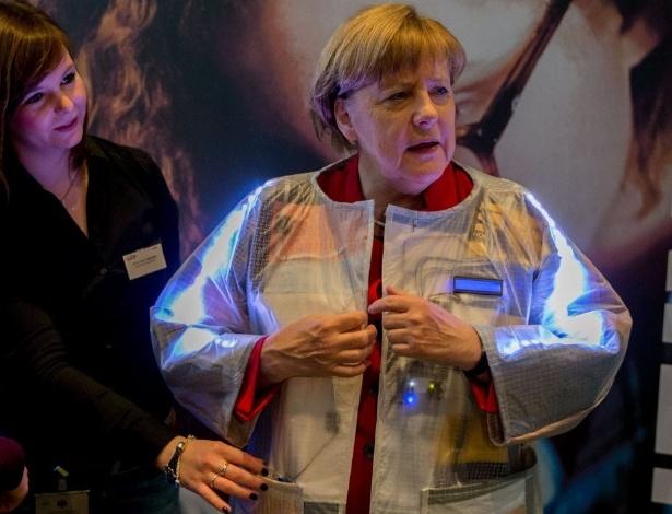 27.abr.2016 - A chanceler da Alemanha, Angela Merkel, usa uma jaqueta inteligente, que reage a tentativas de furto, em evento na sede do Executivo, em Berlim
