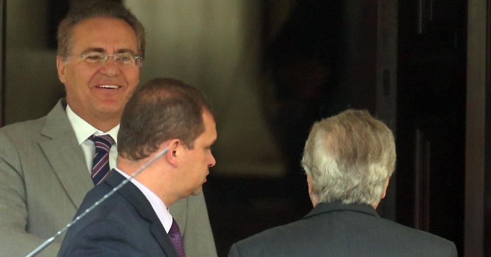 27.abr.2016 - O presidente do Senado, Renan Calheiros (PMDB-AL) (e), recebe o vice-presidente Michel Temer (PMDB-SP) (d) na residência oficial do Senado, em Brasília. Calheiros tem tido uma série de reuniões com os principais personagens da crise política