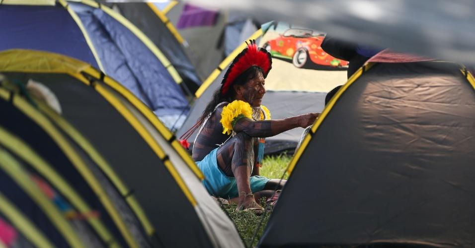 10.mai.2016 - Índios de várias etnias se reúnem no acampamento Terra Livre, ao lado do Memorial dos Povos Indígenas, em Brasília. O evento reunirá manifestantes de todo o país com o objetivo de reforçar as reivindicações dos povos indígenas pela garantia de seus direitos. No local, serão realizados debates, atos e manifestações