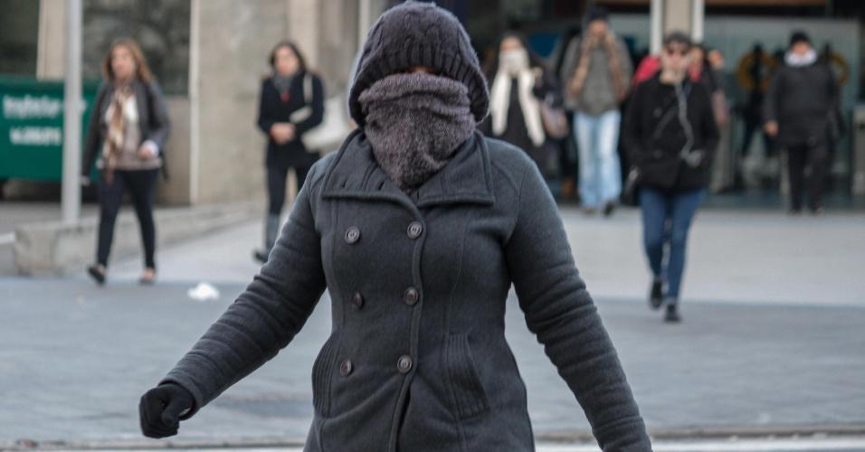 14.jun.2016 - Mulher usa toca e cachecol para cobrir quase todo o rosto em manhã fria em terminal de ônibus do bairro de Pinheiros, na zona oeste de São Paulo