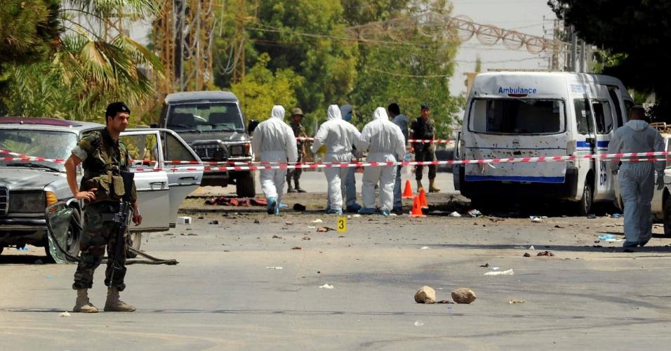 27.jun.2016 - Autoridades inspecionam um dos locais que foram alvo de uma série de atentados suicidadas que deixaram ao menos cinco pessoas mortas na região leste do Líbano, perto da fronteira com a Síria. As explosões aconteceram na cidade de Al-Qaa, de maioria cristã. Ao menos quatro homens-bomba executaram os ataques
