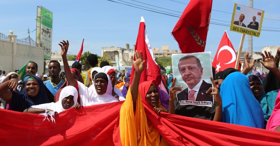 16.jul.2016 - Manifestantes carregam bandeiras turcas e somalis em apoio ao presidente turco Recep Tayyip Erdogan neste sábado (16) na capital da Somália, Mogadício