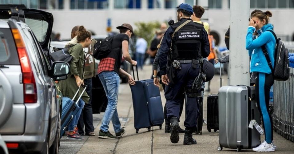 """30.jul.2016 - Um alerta obrigou a reforçar as medidas de segurança no Aeroporto Internacional de Schiphol, perto de Amsterdã, na Holanda, em um dos finais de semana de maior tráfego aéreo, informou a imprensa holandesa. A emissora holandesa """"NOS"""" disse que poderia se tratar de um aviso por ameaça terrorista, enquanto outros veículos como o jornal """"De Telegraaf"""" dizem que não está clara a natureza desse aviso e que as medidas têm um caráter preventivo"""