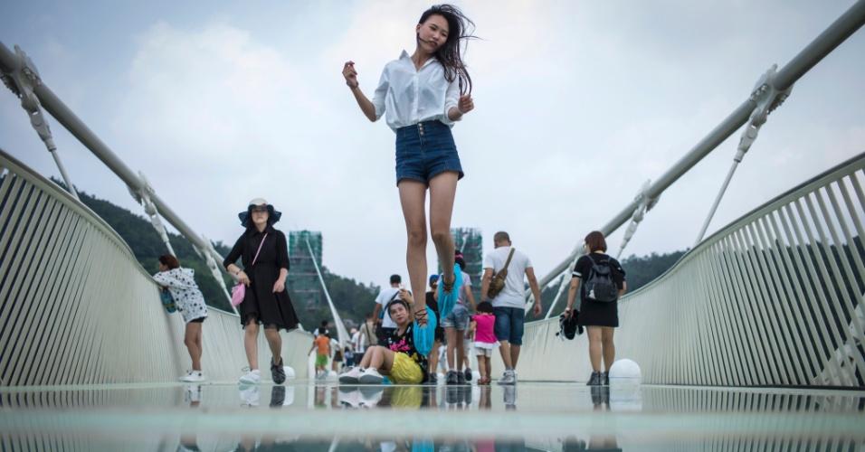 21.ago.2016 - Hora de curtir! Chineses se esbaldam na maior ponte de vidro do mundo, construída entre dois penhascos no parque natural de Zhangjiajie